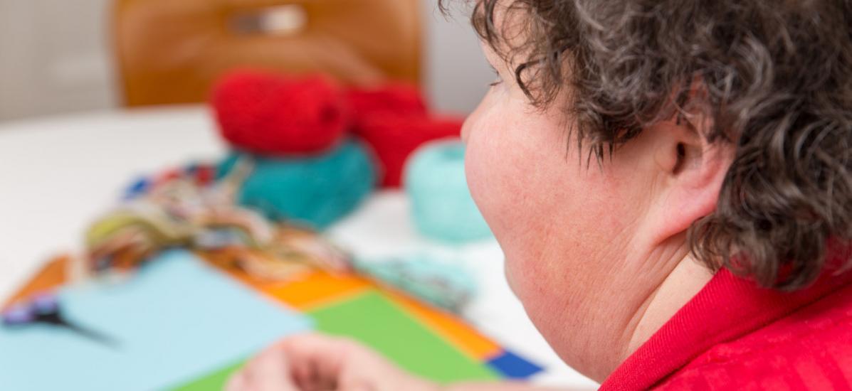 femme, handicap, table, tricot, peinture