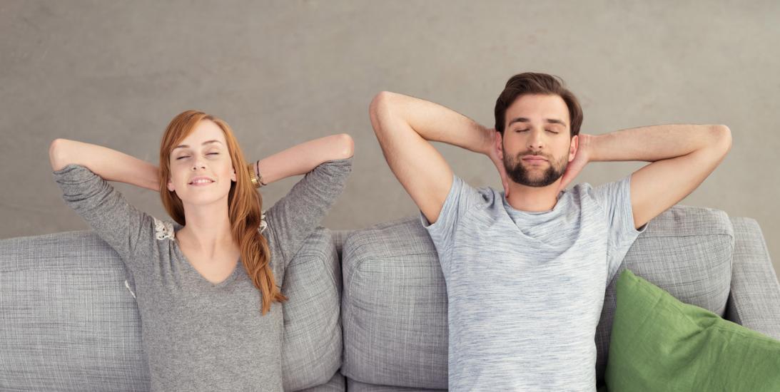 couple se reposant sur un canapé