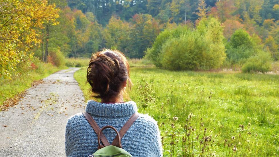 femme de dos, promenade nature